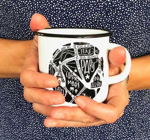 plan de ville de Paris illustré sur un mug émaille